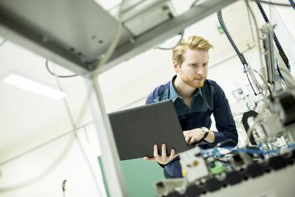 Studieren Sie jetzt per Fernstudium den Bachelor Wirtschaftsingenieurwesen Produktion. © Boggy - Fotolia.com