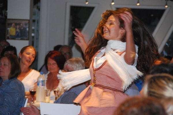 12 Tanz im Weinmuseum Santorini Griechenland