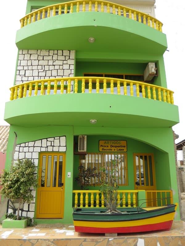 Sal Rei grünes Haus am Hafen Boa Vista Kapverden