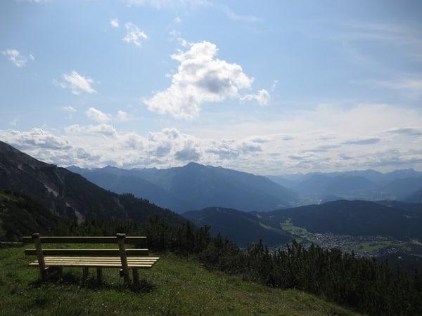 11_Parkbank-mit-Panorama-Seefelder-Spitze-Tirol-Oesterreich