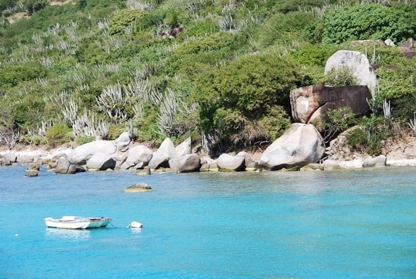 04_Felsen-Strand-Boot-Virgin-Gorda-Karibik