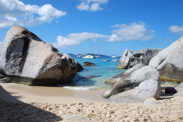 15_Felsen-am-Strand-Segelboote-The-Baths-Virgin-Gorda-British-Virgin-Islands
