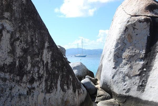 16_Felsenstrand-Segelboot-The-Baths-Virgin-Gorda-British-Virgin-Islands