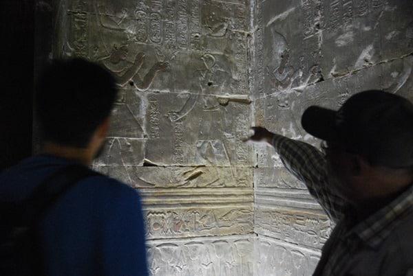 19_Tourguide-am-Relief-im-Horus-Tempel-Edfu-Aegypten-Nil-Nilkreuzfahrt