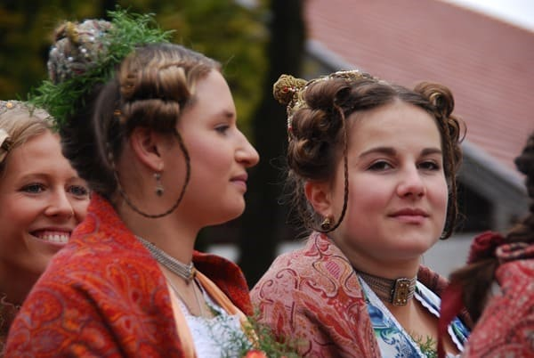 29_Junge-Frauen-in-Tracht-Bad-Toelz-Leonhardi-Wallfahrt-Oberbayern-Bayern