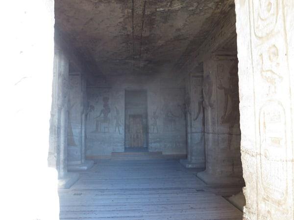 Einblick Innenraum Abu Simbel Hathor Tempel Ägypten Nilkreuzfahrt