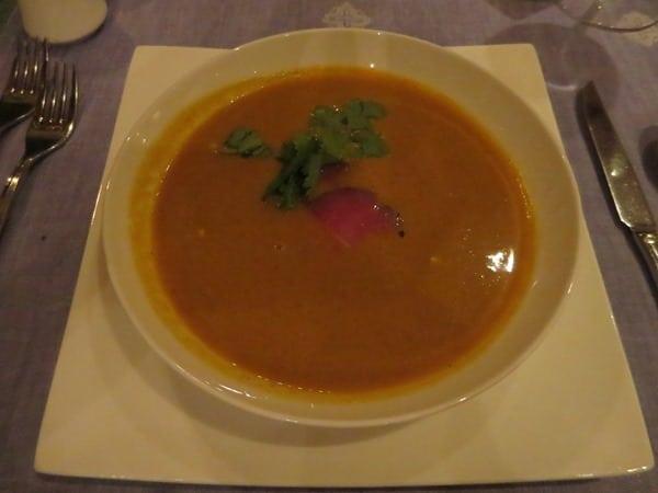 08_Curry-Kuerbissuppe-mit-Kokosmilch-und-geraeuchertem-Thunfisch-Auberge-Moar-Alm