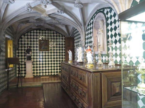 25_Vor-der-Kapelle-im-Palacio-Nacional-da-Pena-Sintra-Lissabon-Portugal