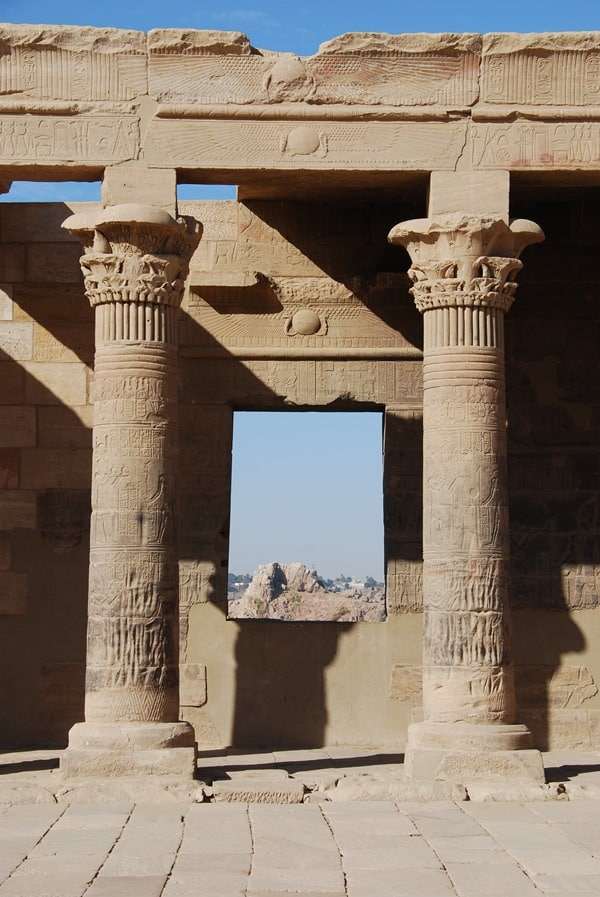 06_Blick-durch-die-Saeulen-im-Tempel-von-Philae-Assuan-Aegypten-Nilkreuzfahrt