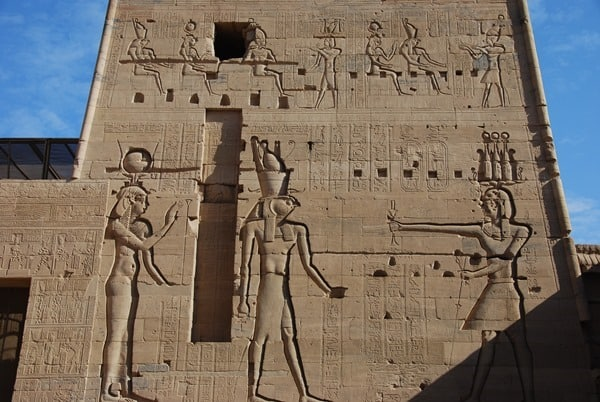 10_Nahaufnahme-Pylon-Isis-Tempel-von-Philae-Assuan-Aegypten-Nilkreuzfahrt