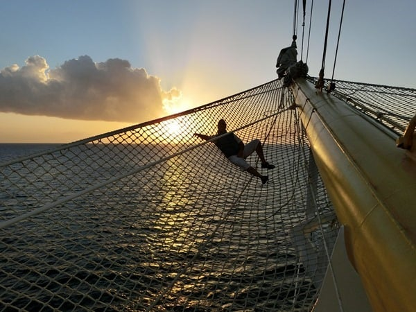 19_Chillen-im-Netz-am-Bug-der-Royal-Clipper-Karibik