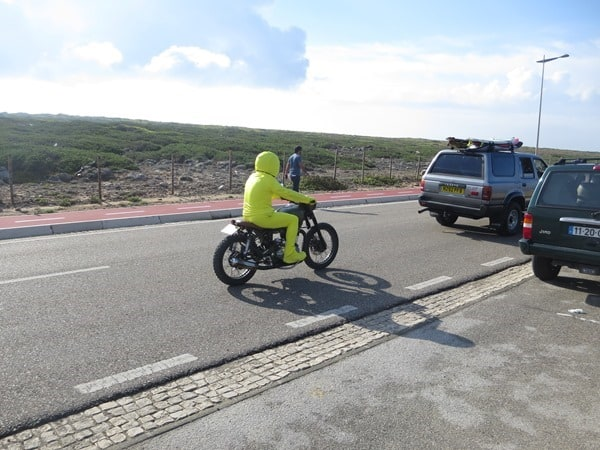 gelber Stuntman Motorrad Cascais Portugal