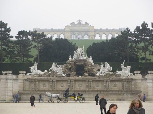 27_Neptunbrunnen-Gloriette-Fiaker-Schloss-Schoenbrunn-Wien-Oesterreich