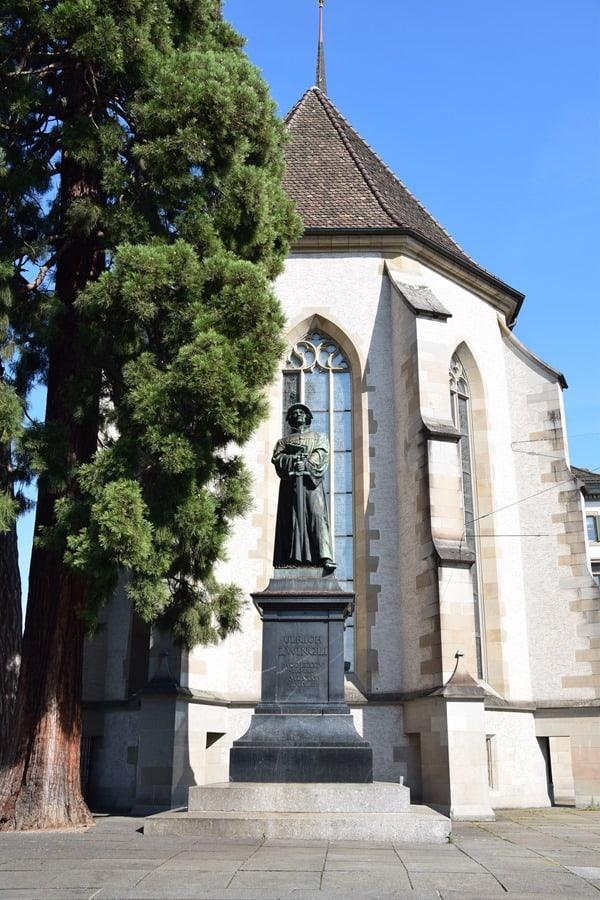 Zürich Sehenswürdigkeiten Schweiz Statue Ulrich Zwingli Helmhaus