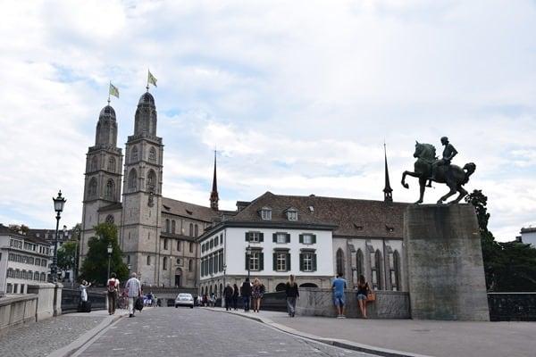 Zürich Sehenswürdigkeiten Schweiz Grossmünster Münsterbrücke Helmhaus