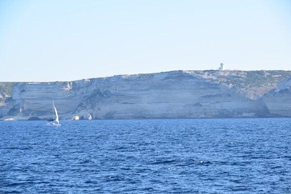 Bonifacio Korsika weiße Klippen Kalksteinkliff Segelschiff Leuchtturm