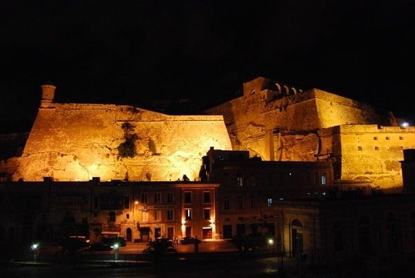 Malta Valletta Urlaub Sehenswürdigkeiten Tipps Festung Stadtmauer nachts