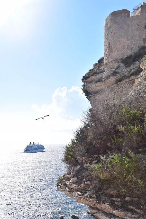 Kreuzfahrtschiff Seabourn Sojourn vor Festung Bonifacio Korsika Frankreich