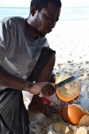 17_Kokosnussverkaeufer-Strand-Beau-Vallon-Mahe-Seychellen