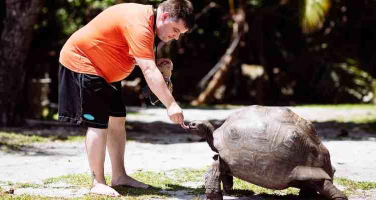 00 Reiseblogger Daniel Dorfer mit Riesenschildkroete auf Curieuse Seychellen