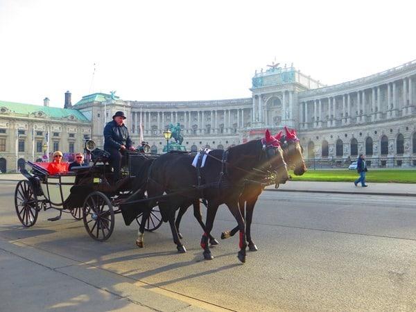 Flitterwochen wohin Wien Hochzeitsreise günstig Fiaker Kutsche Österreich