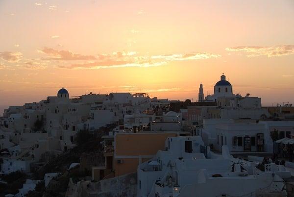 Flitterwochen wohin Santorini Hochzeitsreise günstig Sonnenuntergang Oia Kykladen Griechenland