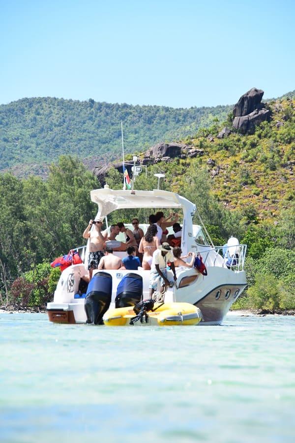 24_Ausflugsboot-Traumstrand-Naturschutzgebiet-Marine-National-Park-Curieuse-Seychellen