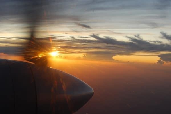 Flug-nach-Rostock-Sonnenuntergang-mit-Propeller