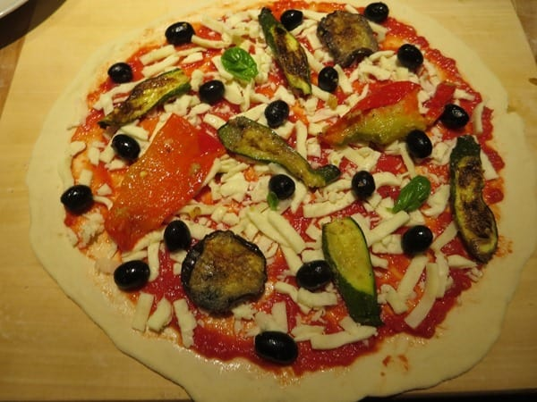 die perfekte Pizza selber machen Pizzabelag vegetarisch Gemüse Oliven