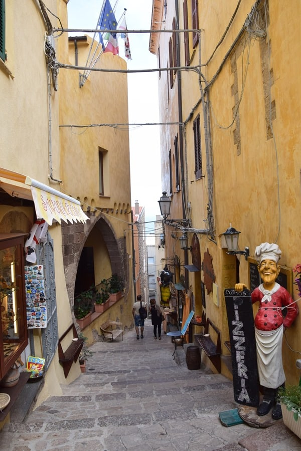 Castelsardo Sardinien Gasse Restaurant Souvenirshop Italien