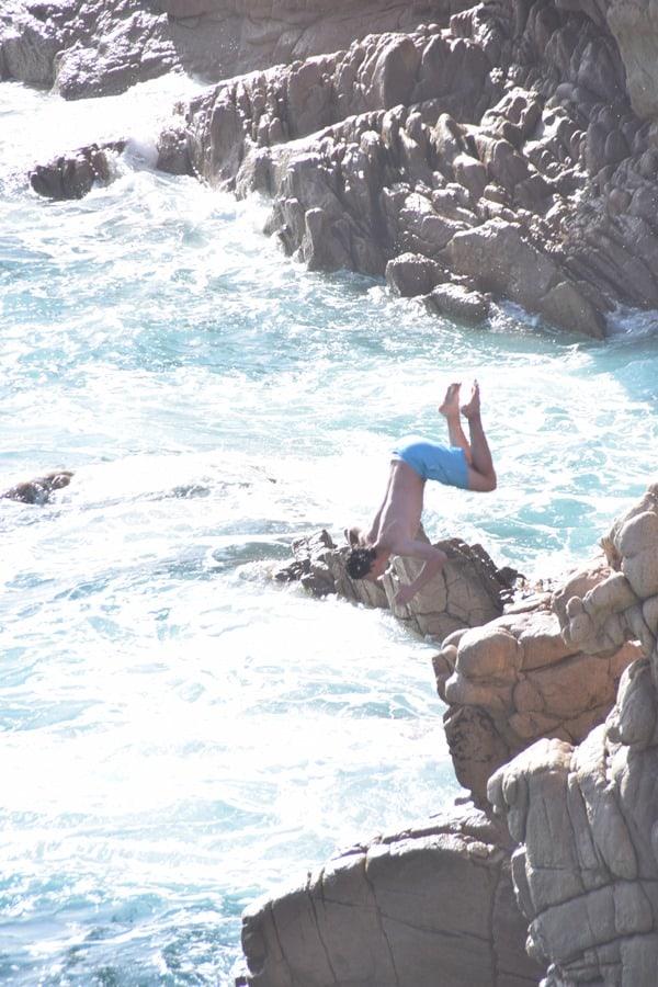 Kippenspringen Strand Li Cossi Costa Paradiso Sardinien Italien