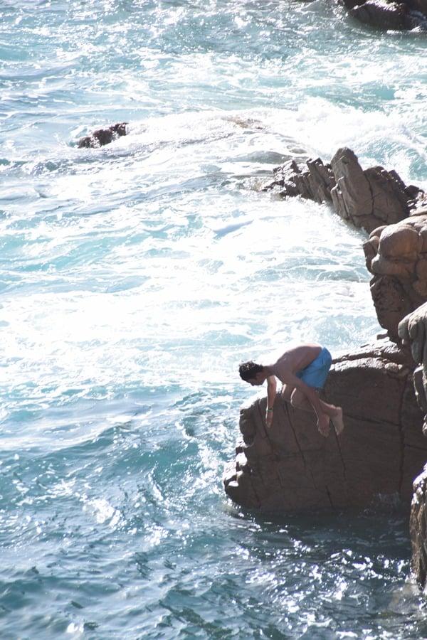 Mutiger Kippenspringer Strand Li Cossi Costa Paradiso Sardinien Italien