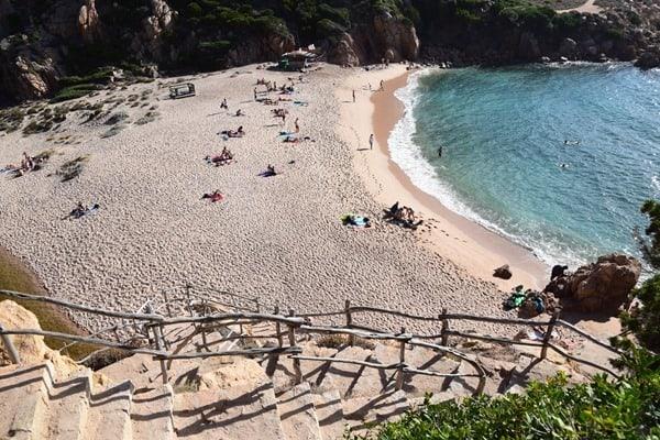 Abstieg zum Strand Li Cossi Costa Paradiso Sardinien Italien