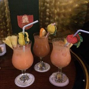Cocktails-in-der-Bar-auf-dem-Kreuzfahrtschiff