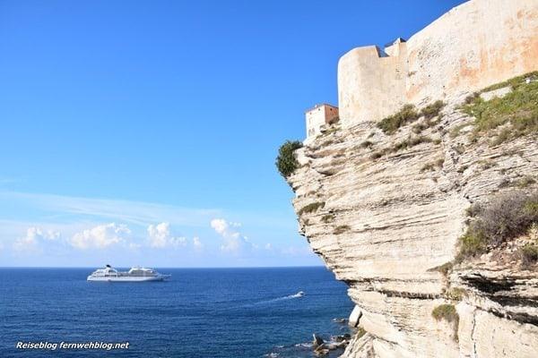 07_Wallpaper-Kreuzfahrtschiff-Seabourn-Sojourn-vor-Festung-Bonifacio-Korsika-Frankreich-querformat