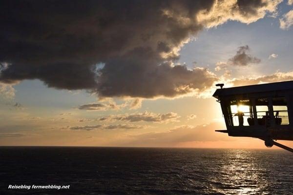 09 Wallpaper SonnenuntergangKreuzfahrtschiff MSC Preziosa Strasse von Bonifacio querformat thumb