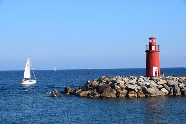 Segelboot Leuchtturm Hafen Imperia Blumenriviera Ligurien Italien
