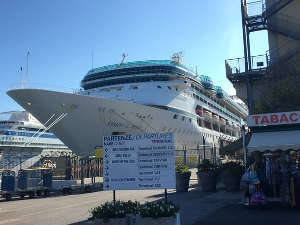 Kreuzfahrtschiff Royal Caribbean Vision of the Seas Hafen Venedig Italien