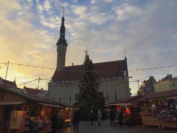 03_Sonnenaufgang-Weihnachtsmarkt-Rathausplatz-Altstadt-Tallinn-Estland