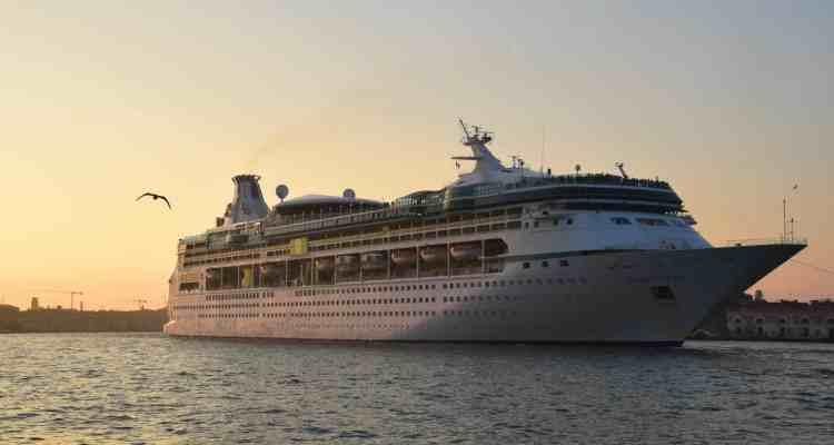 Kreuzfahrtschiff Vision of the Seas Venedig Italien Sonnenuntergang