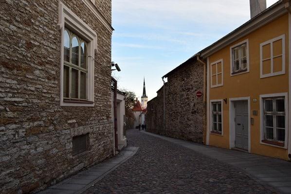 11_Spaziergang-Gasse-Pikk-Jalg-Altstadt-Tallinn-Estland