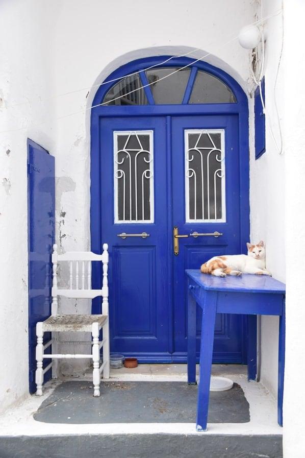 12_Mykonos-Stadt-Katze-vor-blauer-Tuer-Griechenland-Kreuzfahrt-Mittelmeer