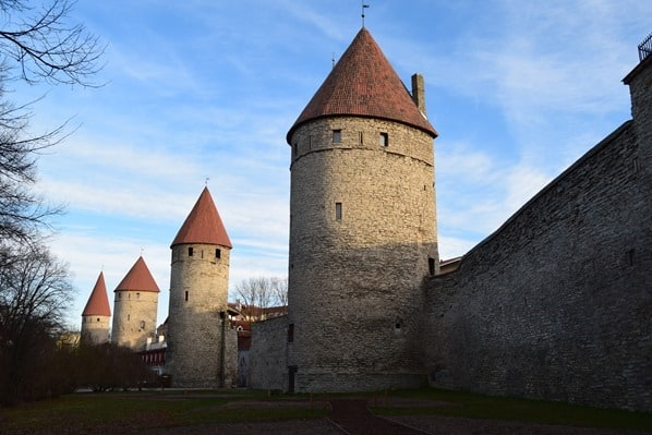 15_4-Tuerme-mittelalterliche-Stadtmauer-Tallinn-Estland-Ostsee
