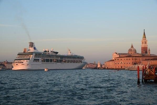 30_Kreuzfahrtschiff-Vision-of-the-Seas-Auslaufen-Venedig-Italien-Sonnenuntergang.jpg