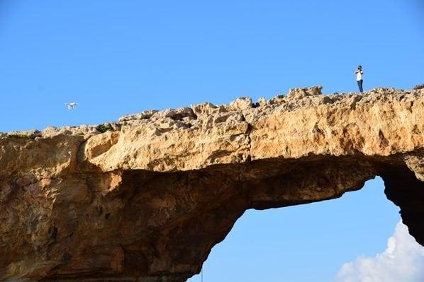 Azure Window Gozo Malta Reisebloggerin Valeria mit Drohne