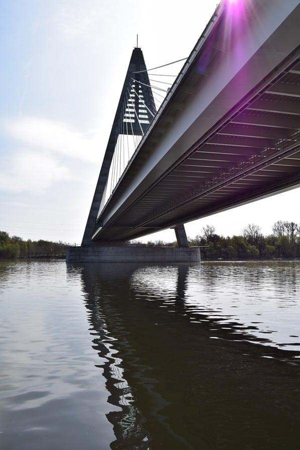 Donaukreuzfahrt a-rosa bella Flusskreuzfahrt Donau Durchfahrt Hängebruecke Budapest Ungarn
