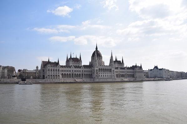 Donaukreuzfahrt a-rosa bella Flusskreuzfahrt Donau Parlamentsgebäude Budapest Ungarn
