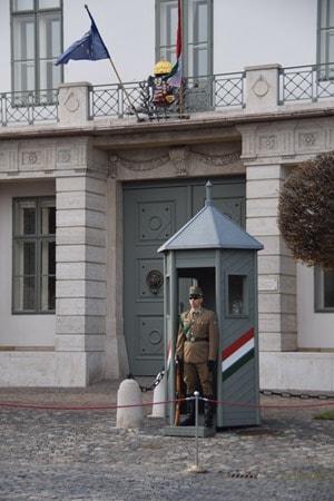 Palastwache Palast Buda Burgenviertel Budapest Ungarn Donaukreuzfahrt Flusskreuzfahrt Donau