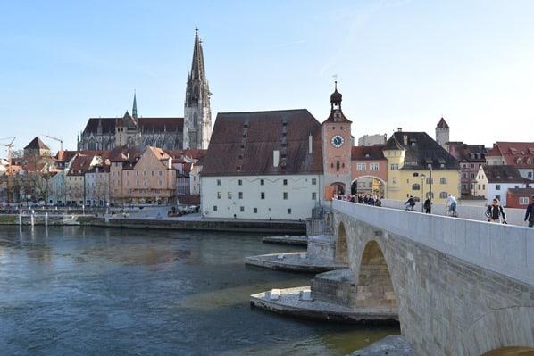 Regensburg Sehenswürdigkeiten Donauufer Steinerne Brücke Regensburger Dom Donau Städtereise Bayern