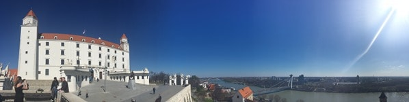 Panorama Burg Hrad Braitslava Slowakei flusskreuzfahrt donau kreuzfahrt